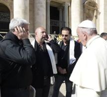 """Arapà chante le """"Diu vi salvi Regina"""" devant le pape François"""